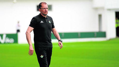 José Juan Romero, técnico del filial verdiblanco, durante un partido del curso pasado.