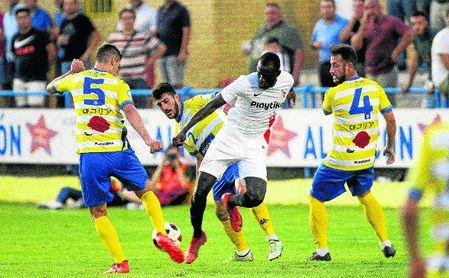 Lance del amistoso jugado el pasado 31 de julio entre el Coria y el Sevilla Atlético en el Guadalquivir, y que acabó con triunfo nervionense.