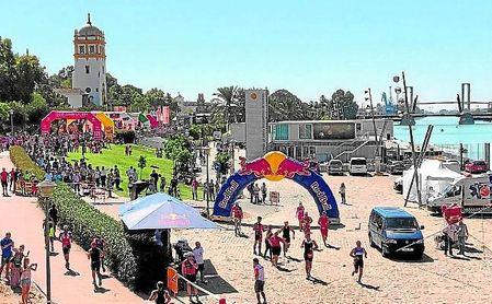 El Guadalquivir y sus alrededores se convierten una vez más en protagonistas con la celebración del Triatlón del Puerto de Sevilla.