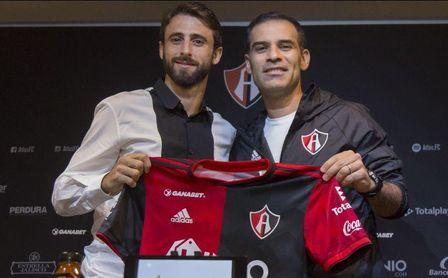 Pareja y Márquez en la presentación del exsevillista.
