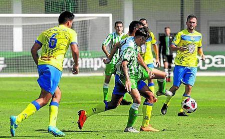 Rober, jugador del Real Betis, disputa un balón en el encuentro de la primera jornada ante el Conil.