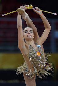 Dina Averina también lidera en mazas y el concurso completo