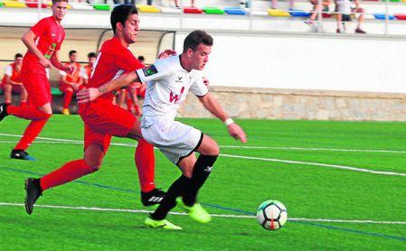 Pedro Varona (izquierda, de rojo) presiona a un rival en el Pozoblanco-San José (1-2).