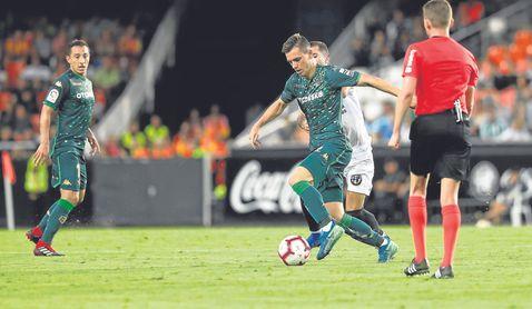 Lo Celso conduce la pelota en Mestalla.