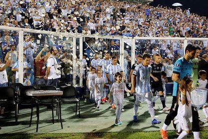 0-2. Gremio se exhibe en Tucumán y en su debut el VAR provoca una expulsión
