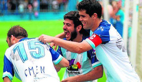 Jero Baena (centro) festeja efusivo el gol de Andrés Bazán (izquierda) junto al capitán Pino en el Algabeño-San Roque del pasado año que certificó la permanencia.