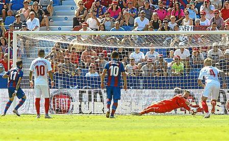 Vaclik acertó la dirección y paró el penalti a Morales el pasado domingo.