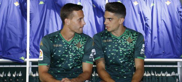 Marc Bartra, junto a Canales.