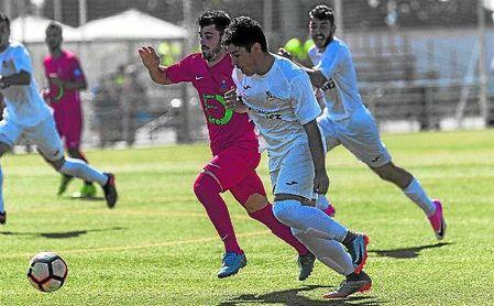 En la imagen, el central Rubén, del San José, y el delantero Pichaco, del Torreblanca, pelean el esférico.