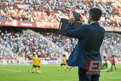 El director deportivo de LaLiga, enfocando a la grada de Gol Norte.