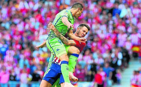 Guardado choca con Saúl en los primeros minutos del partido que enfrentó a Atlético y Betis.