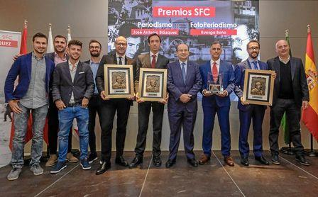 El presidente del Sevilla, José Castro, posa con los periodistas galardonados.