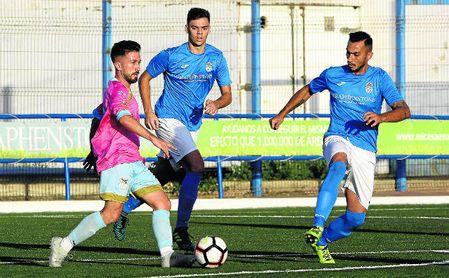 El atacante Pipi, que conduce arriba el balón ante el Torreblanca, hizo el 0-1 en El Viso.