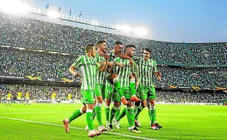 El plantel verdiblanco celebra el primer gol de Sanabria en esta temporada.