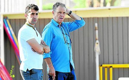 Caparrós, junto a Paco Gallardo, uno de sus adjuntos en la dirección deportiva.