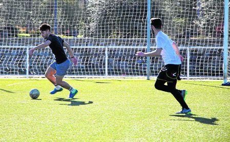 Estudiantes de la UPO disputando un partido de fútbol 7