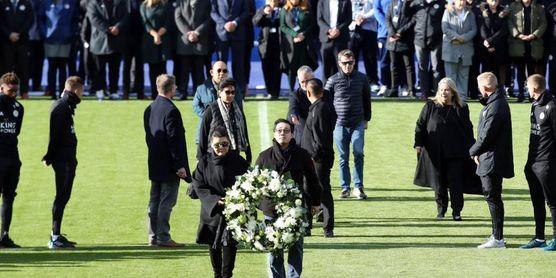 Jugadores y familia rinden homenaje al presidente del Leicester fallecido