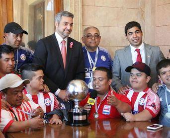 Los campeones de la Copa América de talla baja llevan su copa al presidente de Paraguay