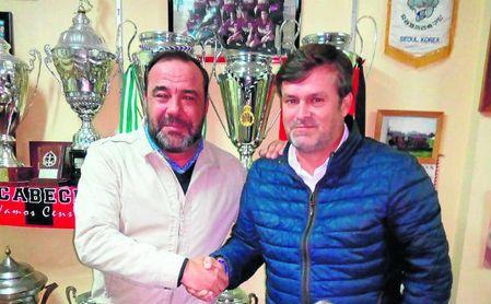 Diego Román, rector rojinegro, posaba este lunes con Chesco, nuevo míster.