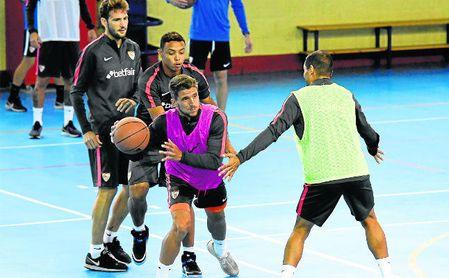 El portugués Daniel Carriço se atreve con todo este año, hasta con el baloncesto.