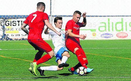 El delantero castillejano Pablo pugna por el balón ante dos rivales de la UP Viso.