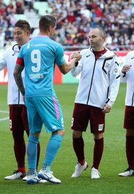 Sin goles en el primer duelo en la liga japonesa entre Iniesta y Torres