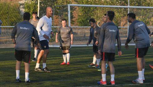 Kepa, entrenador del equipo, en un entrenamiento con sus futbolistas.