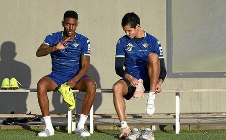 Junior y Mandi durante un entrenamiento del Real Betis.
