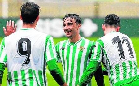 Robert González, sonriente ayer entre Nieto e Iván Navarro, en la celebración de un gol al Guadalcacín.