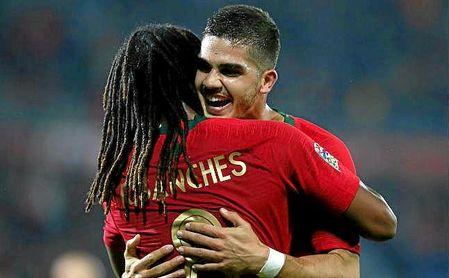 André Silva celebra el gol ante Polonia junto a Renato Sanches.