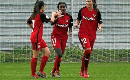 Olga Carmona, Toni Payne y Jeni Morilla celebran un gol.