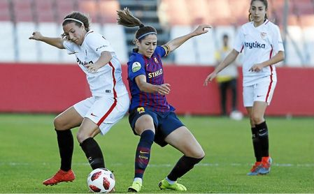 Jeni Morilla trata de hacerse con el esférico (Sevilla FC - FC Barcelona).