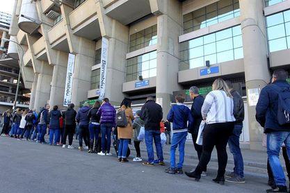 La Policía recuerda que se prohíben las pancartas que inciten al odio en el Bernabéu