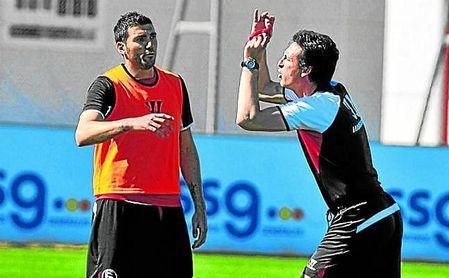 Emery ensaya con Reyes algunas de las arengas que éste deberá transmitir al vestuario del Arsenal.