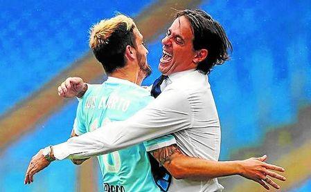 Luis Alberto recibe el cariño de su entrenador, que lo considera una pieza básica en la Lazio.