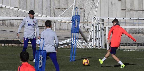 Simeone baraja opciones en el centro del campo para visitar al Sevilla
