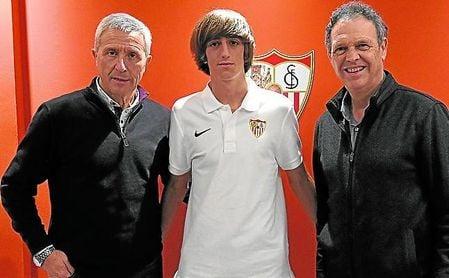 Escoltado por Pablo Blanco y Joaquín Caparrós, Bryan Gil renovó recientemente hasta 2022.