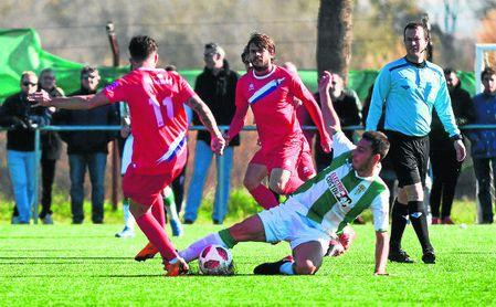 El ecijano Migue (ayer de rojo), en segundo plano, sentenció el encuentro con el 0-2 en el 86´, merced a un magistral lanzamiento de falta.