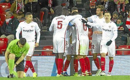Los sevillistas celebran el segundo gol, obra de André Silva a pase de Nolito.