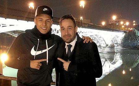 Arana y el agente que negocia con el Sevilla la salida del lateral.