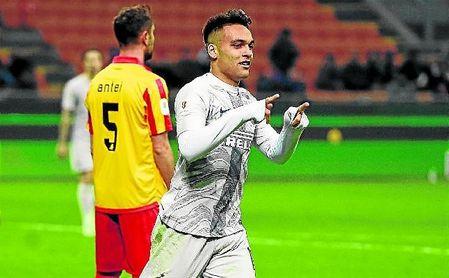 Lautaro Martínez (21) celebra su reciente doblete al Benevento en la Copa de Italia.