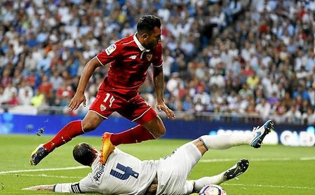 Walter Montoya salta por encima de Sergio Ramos, en un Real Madrid-Sevilla FC.