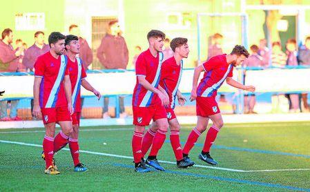 José María Arias (centro) celebra un gol con sus compañeros en su visita al San Sebastián de la UP Viso