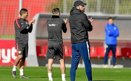 Pablo Machín, técnico del Sevilla, dirigiendo un entrenamiento.