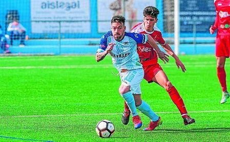 En la imagen, Dani Casado, autor del gol del triunfo del Algabeño, defendido por el lebrijano Álvaro