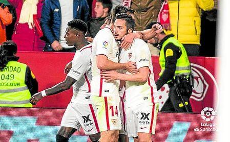 El Sevilla celebra el postrero 2-2 ante el júbilo del graderío.