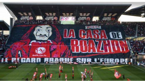 Espectacular tifo de la afición del Rennes.