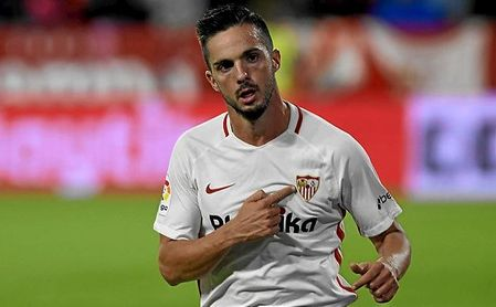 Sarabia se señala el escudo tras marcar un gol esta temporada.