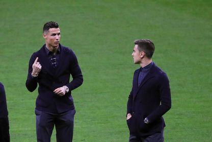 Los jugadores de la Juventus toman contacto con el Wanda Metropolitano