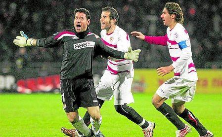 Palop celebra el gol ante el Shaktar que abrió la puerta al Sevilla a los cuartos de final de la UEFA 06/07.
